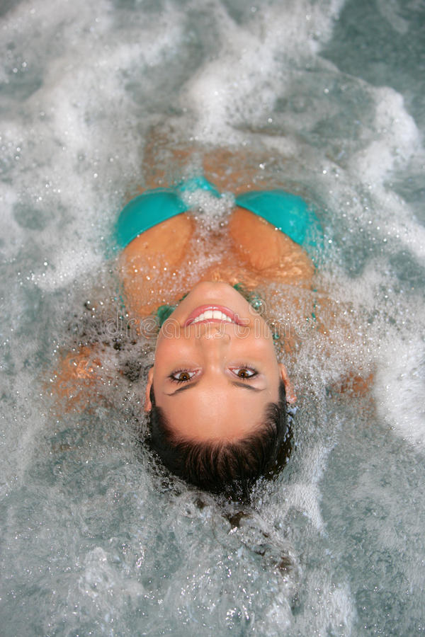 美丽的极可意浴缸妇女年轻人 库存照片