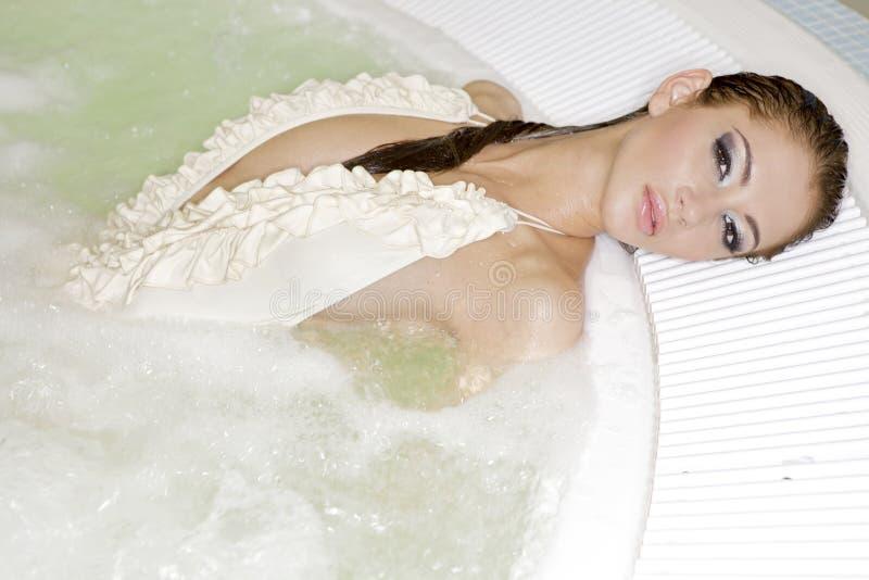 美丽的极可意浴缸妇女年轻人 图库摄影