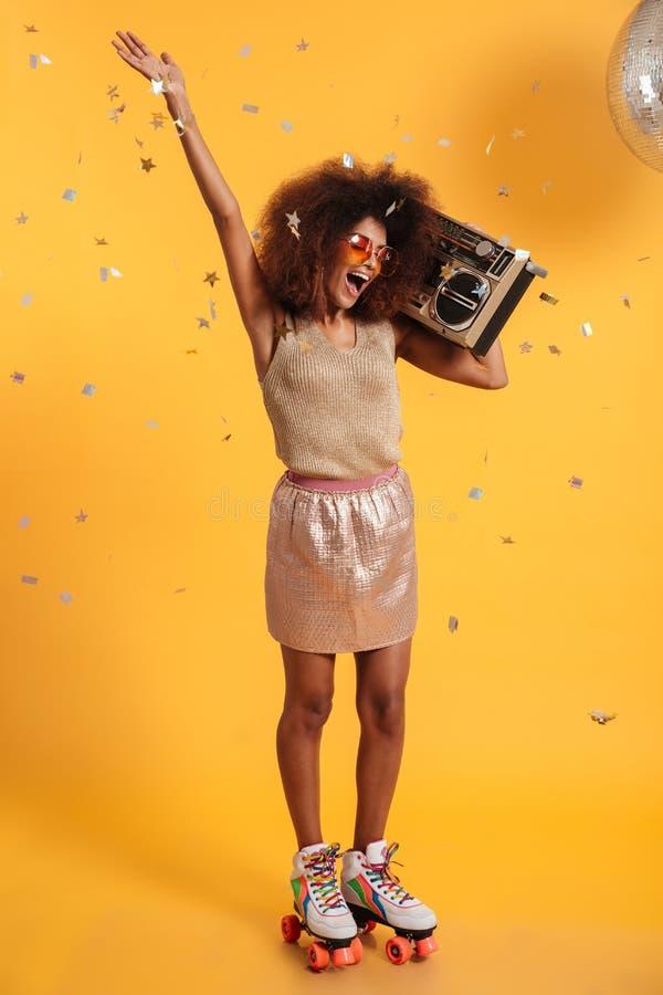 美丽的极度高兴的美国黑人的迪斯科全长画象  免版税库存照片