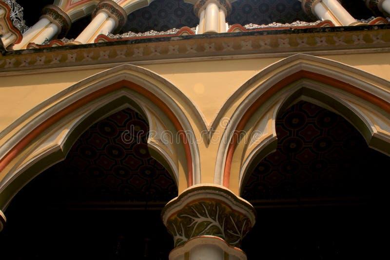 美丽的柱子和曲拱在班格洛宫殿  免版税库存图片