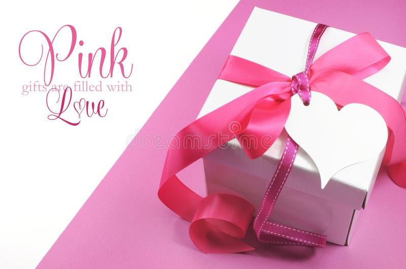 美丽的桃红色和白色礼物盒当前与在白色的样品文本 免版税库存图片