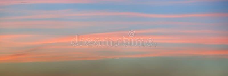 美丽的桃红色天空的全景在日落的 库存图片