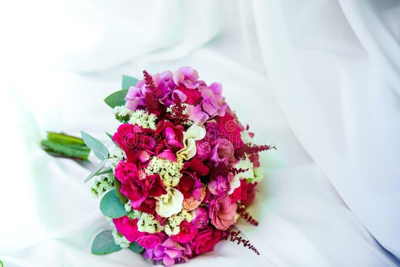 美丽的桃红色婚礼花束 免版税库存照片