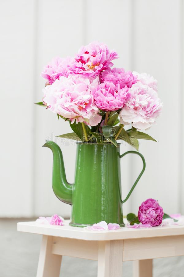 美丽的桃红色牡丹在庭院里开花花束 免版税库存照片