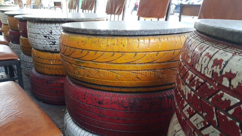 美丽的桌与不同颜色结合的由使用的轮胎制成 免版税库存照片