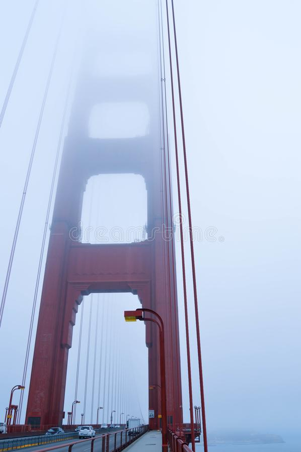 美丽的桥梁金门海峡在一有雾的天 E 免版税库存图片