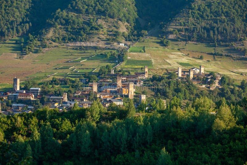 美丽的梅斯蒂亚老村及其Svan Towers的全景 旅行的好地方 格鲁吉亚 免版税库存照片
