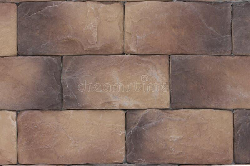 美丽的棕色棕色石头砖,背景纹理 被构造的石织地不很细地下室和台阶 免版税库存图片