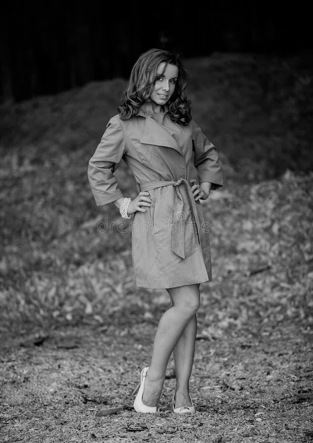 美丽的棕色雨衣妇女年轻人 成块 库存照片