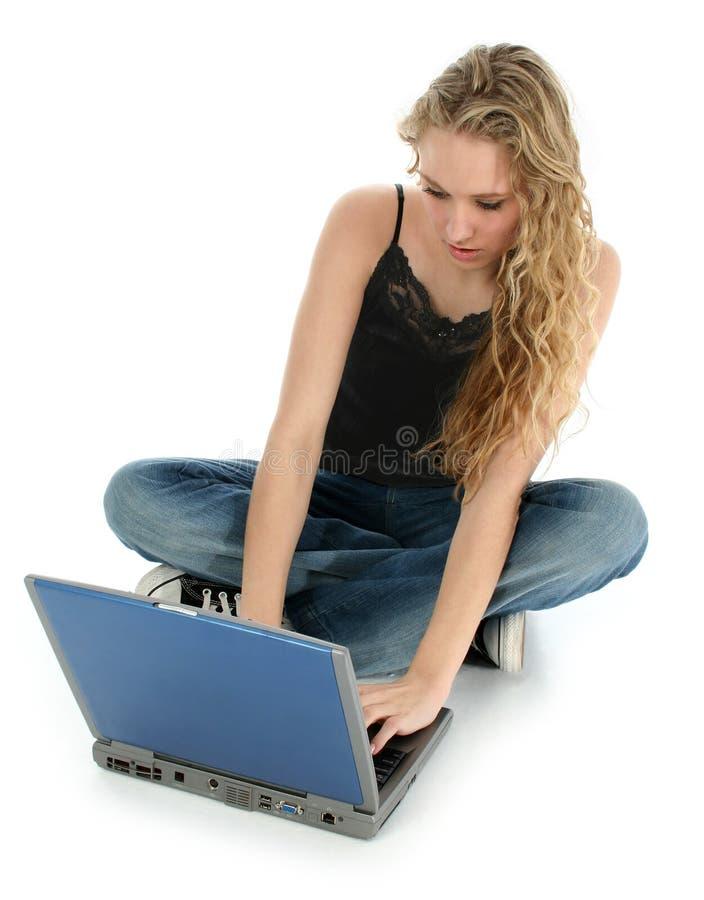 美丽的楼层女孩膝上型计算机 免版税图库摄影