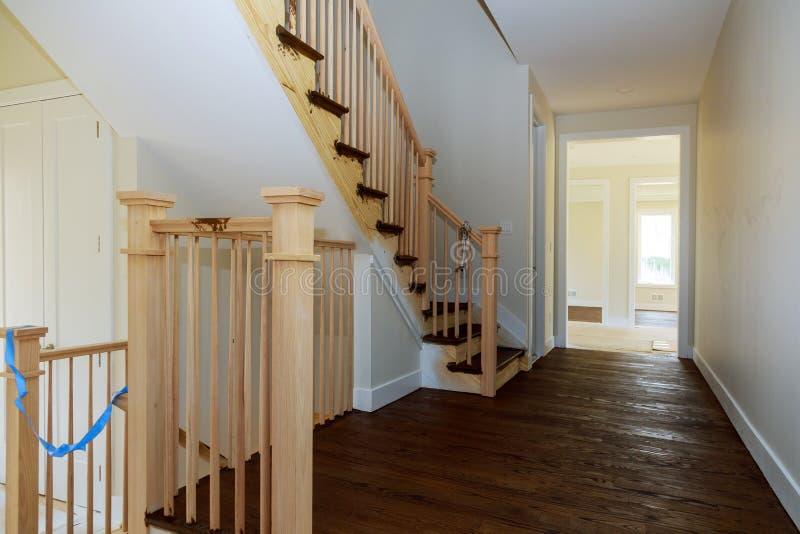 美丽的楼梯和弄脏与污点在新的豪华家 免版税库存照片