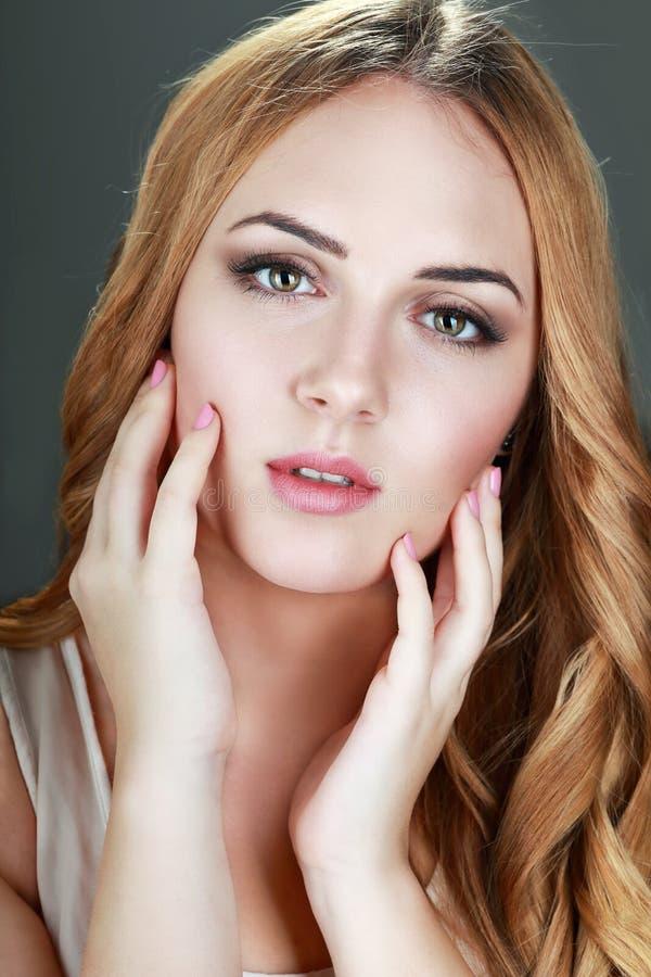 美丽的欧洲妇女年轻人 免版税库存图片