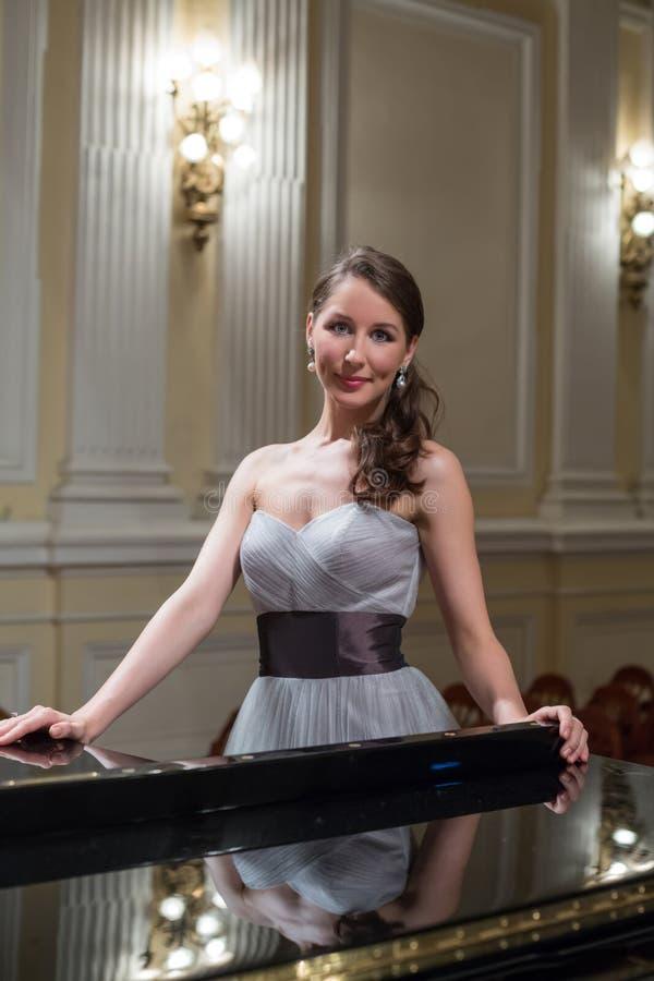 美丽的歌剧歌手在音乐厅里 免版税库存图片