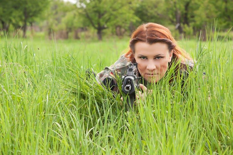 美丽的步枪狙击手战士妇女 免版税库存图片