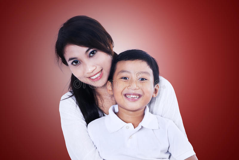 美丽的母亲和儿子红色的 库存照片