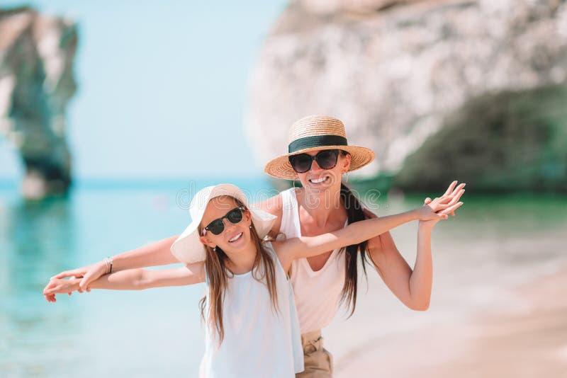 美丽的母亲和女儿加勒比海滩的 免版税图库摄影
