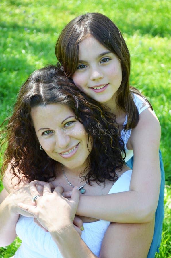美丽的母亲和女儿 免版税库存照片