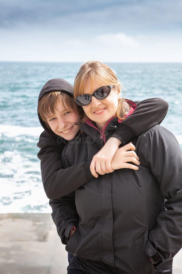 美丽的母子享受海滩时光 图库摄影