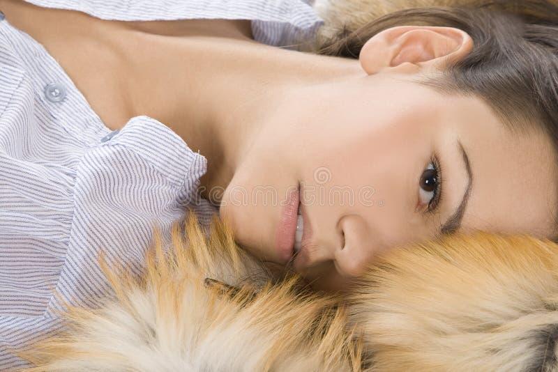 美丽的毛皮位于的妇女年轻人 图库摄影