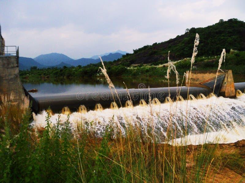 美丽的水库水坝 免版税库存照片