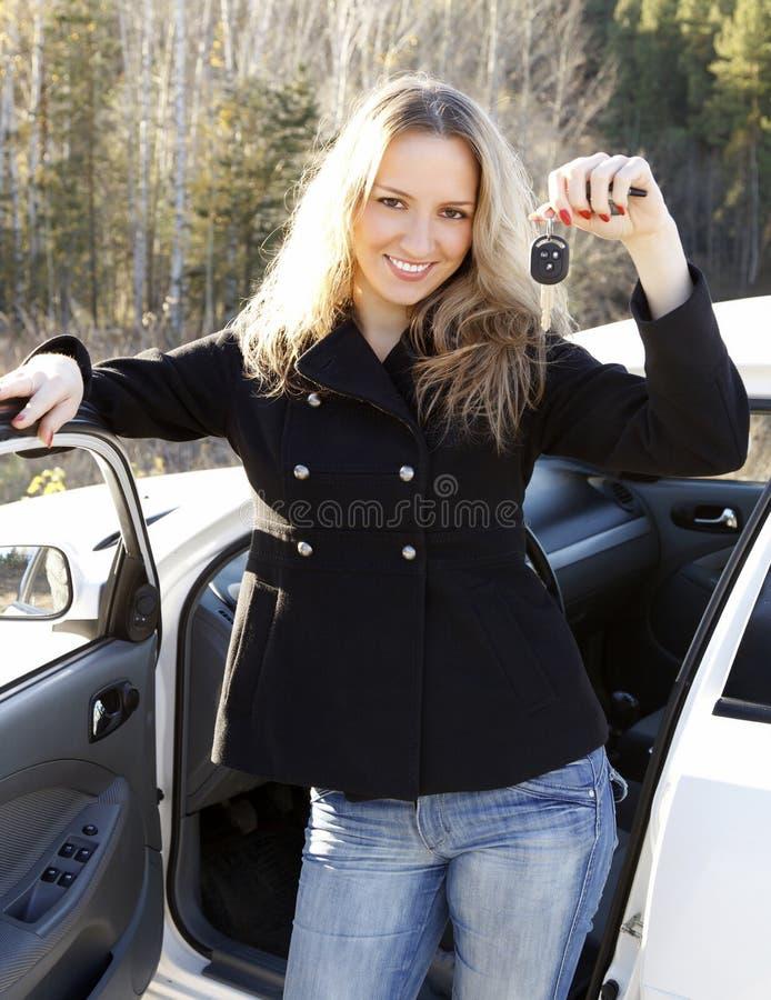 美丽的汽车锁上妇女年轻人 库存照片