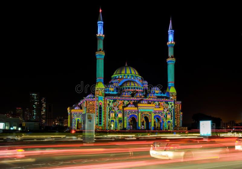 美丽的沙扎在城市点燃与在一个清真寺显示的五颜六色的样式的节日 库存图片
