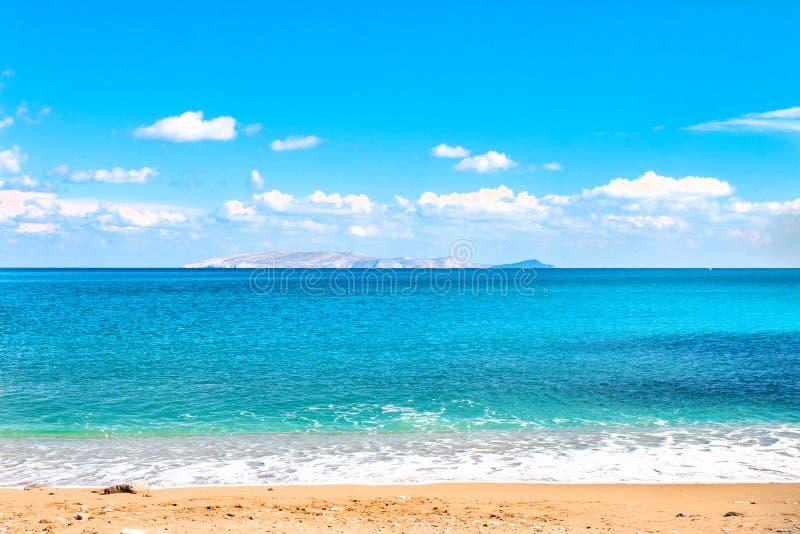 美丽的沙滩和软的蓝色海波浪在Dia海岛和天空蔚蓝的背景 复制空间 库存图片