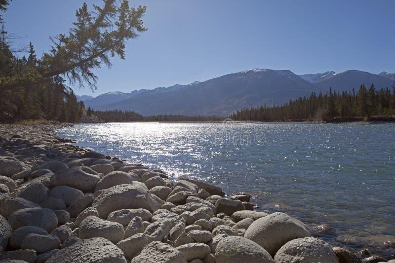 美丽的河和山和岩石 免版税库存图片