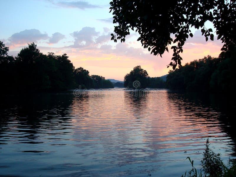 美丽的河尤纳和壮观的天空 免版税库存照片