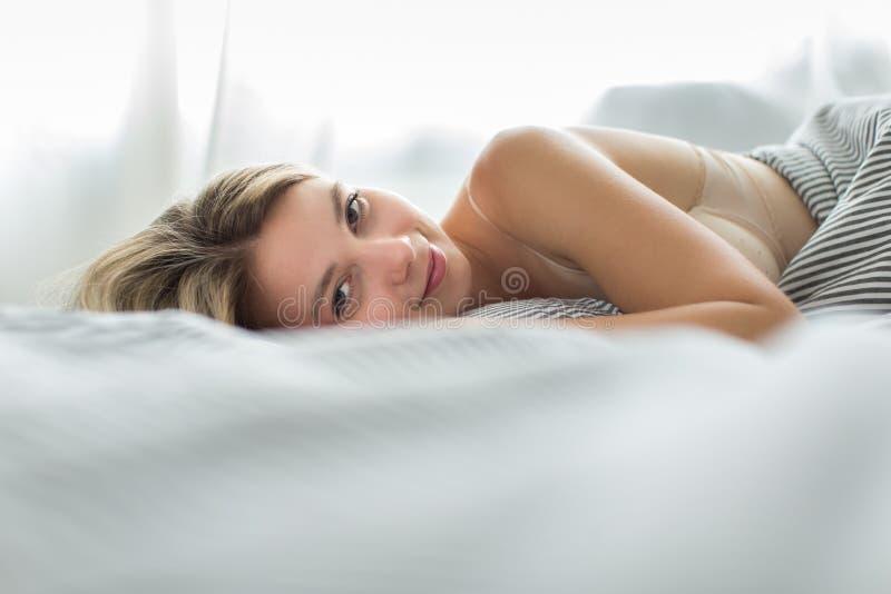 美丽的河床休眠妇女年轻人 免版税库存照片