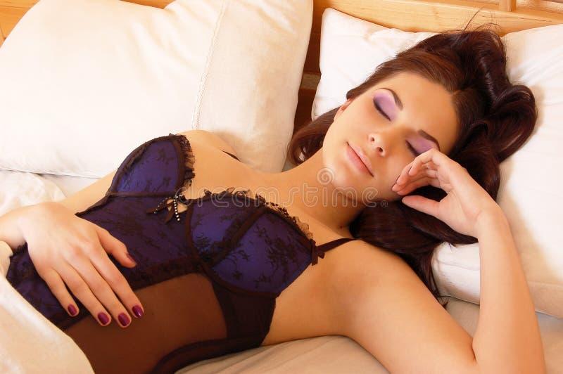 美丽的河床休眠妇女年轻人 库存照片