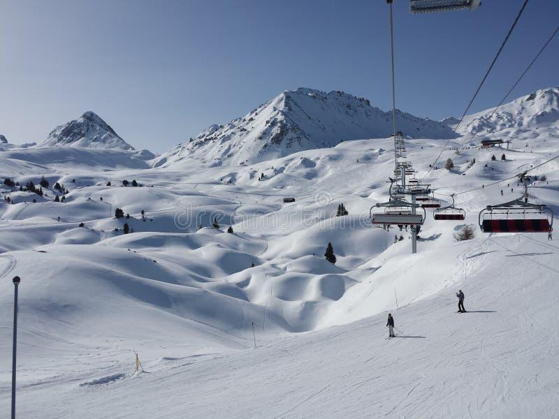 美丽的法国阿尔卑斯白色雪滑雪自然享受,看3月 免版税图库摄影