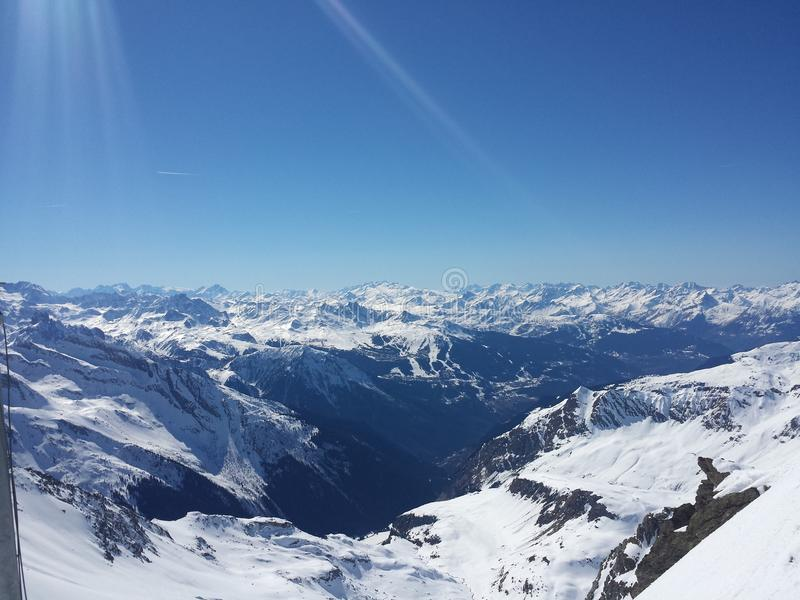 美丽的法国阿尔卑斯白色雪滑雪自然享受,看3月 免版税库存照片