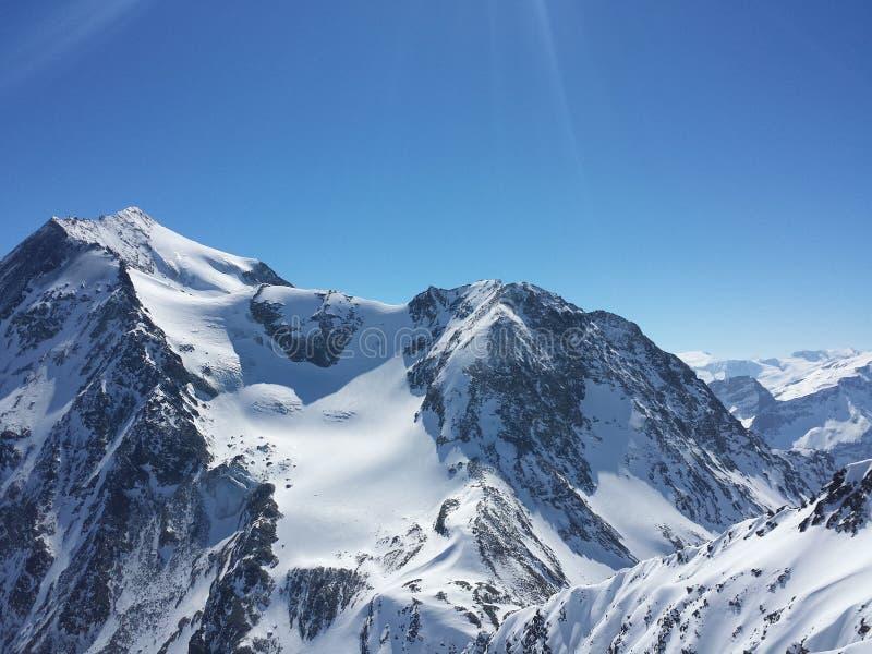 美丽的法国阿尔卑斯白色雪滑雪自然享受,看3月 库存照片