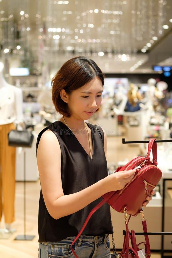 美丽的泰国妇女亚洲女孩购物的红色袋子 免版税库存图片