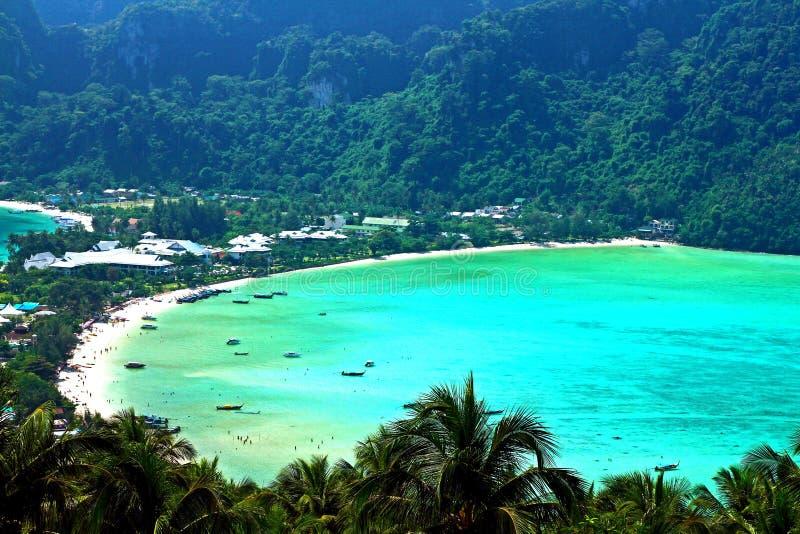 美丽的泰国海自然风景用椰子,棕榈树和山在披披岛停顿背景从观点, 库存照片