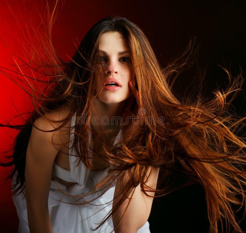 美丽的流头发长的妇女 免版税库存图片