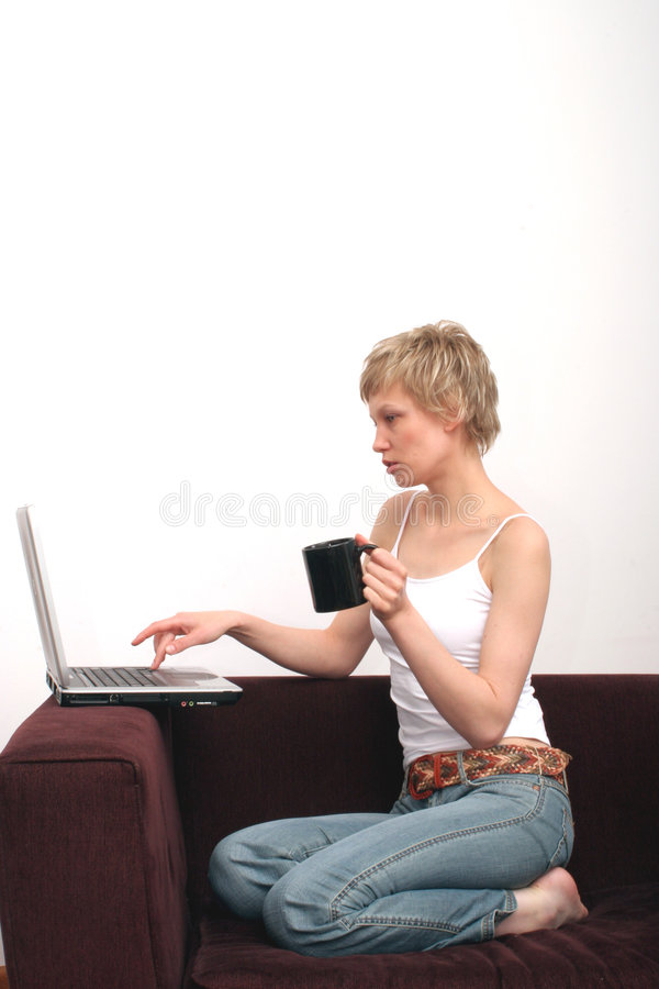 美丽的浏览的膝上型计算机妇女万维&# 库存图片
