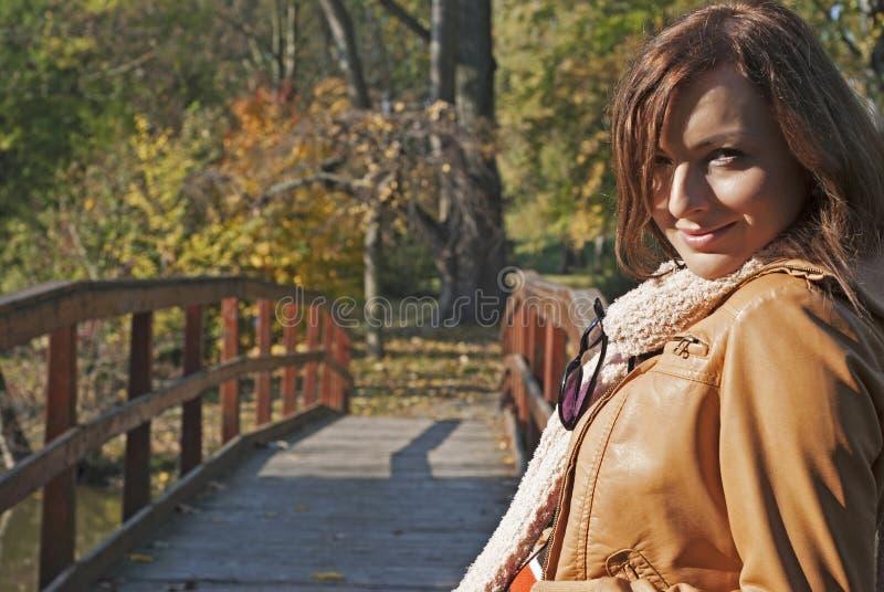 美丽的浪漫女孩在秋天公园 免版税库存照片