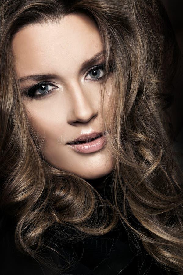 美丽的浪漫妇女画象长的头发 免版税库存图片