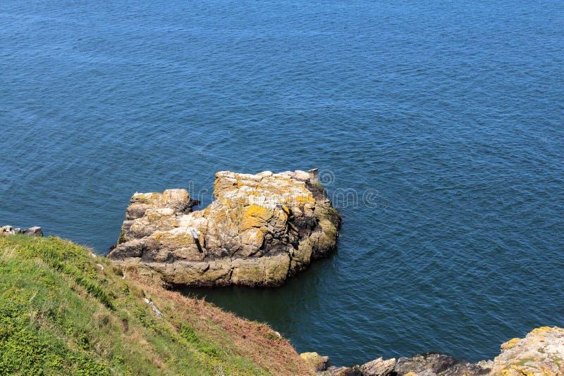美丽的海、Howth,都伯林海湾,爱尔兰、岩石、峭壁和石头 免版税库存照片