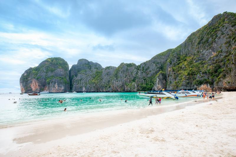 美丽的海和白色沙子与旅行在海湾的游人 免版税库存照片