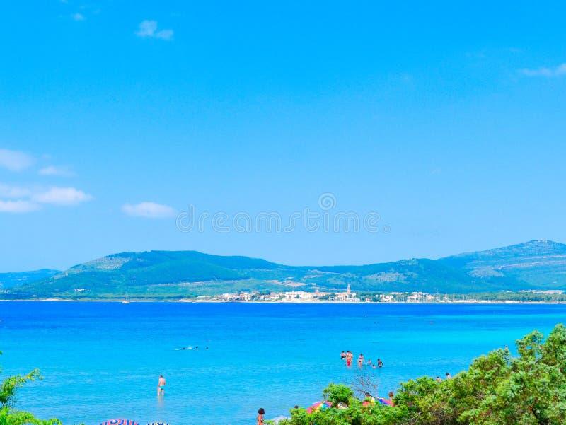 美丽的海和Fertilia的看法在背景中 阿尔盖罗的自治市 免版税图库摄影