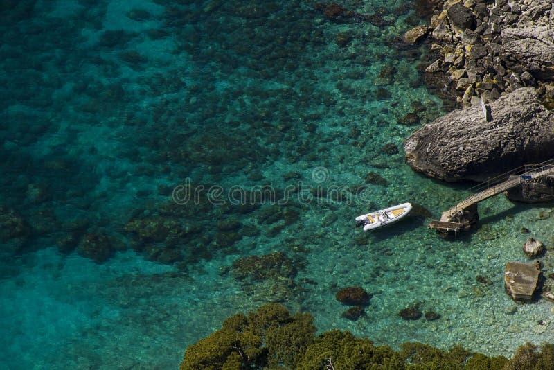 美丽的海在卡普里岛-意大利 免版税库存图片