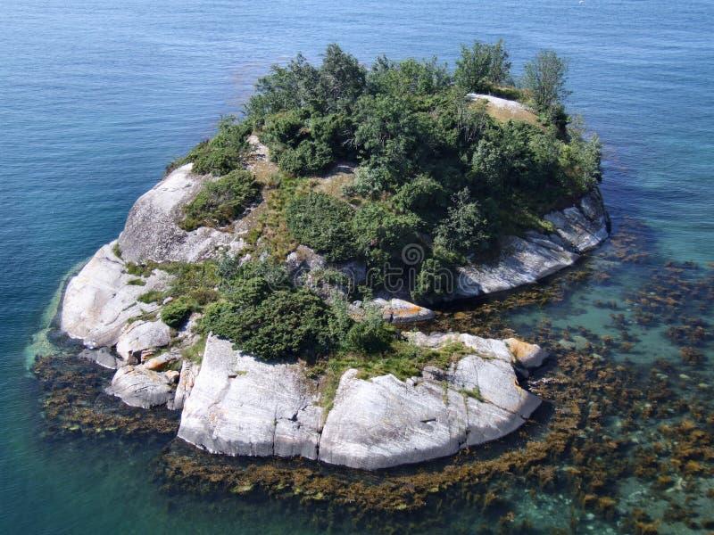 美丽的海岛偏僻的岩石 免版税库存图片