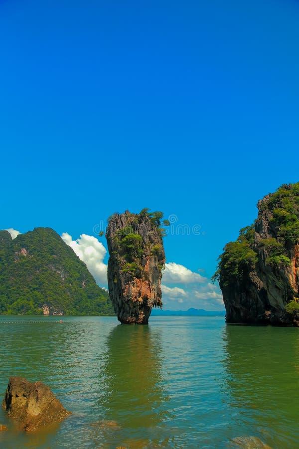 美丽的海岛和蓝天 免版税库存照片
