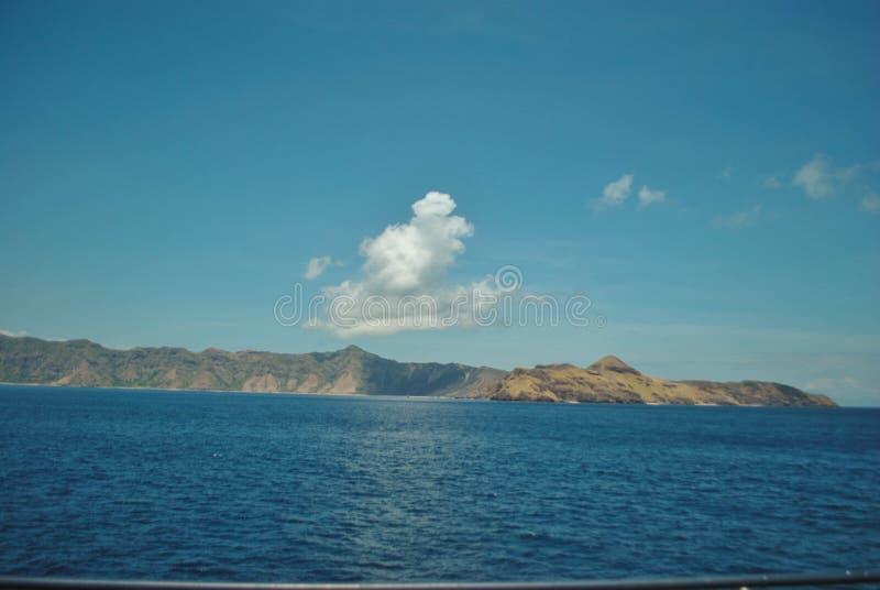 美丽的海岛海滩 热带海滩看法与天空蔚蓝的在纳闽巴乔,印度尼西亚 库存照片