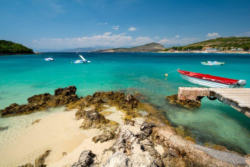 美丽的海岸在有小船的Ksamil在阿尔巴尼亚 免版税库存图片