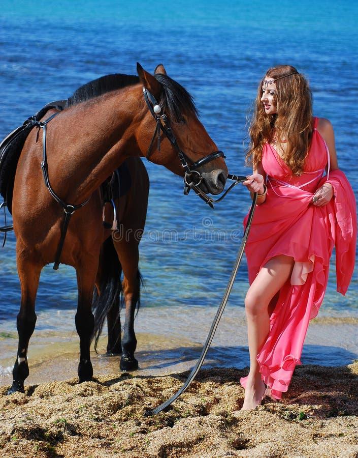 美丽的海岸跳舞女孩年轻人 免版税库存图片
