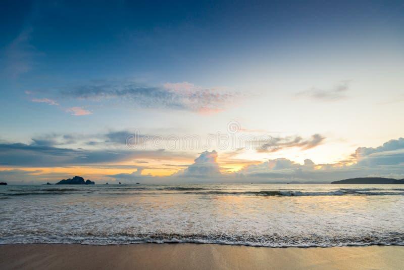 美丽的海波浪涌入沙滩日落 免版税库存照片